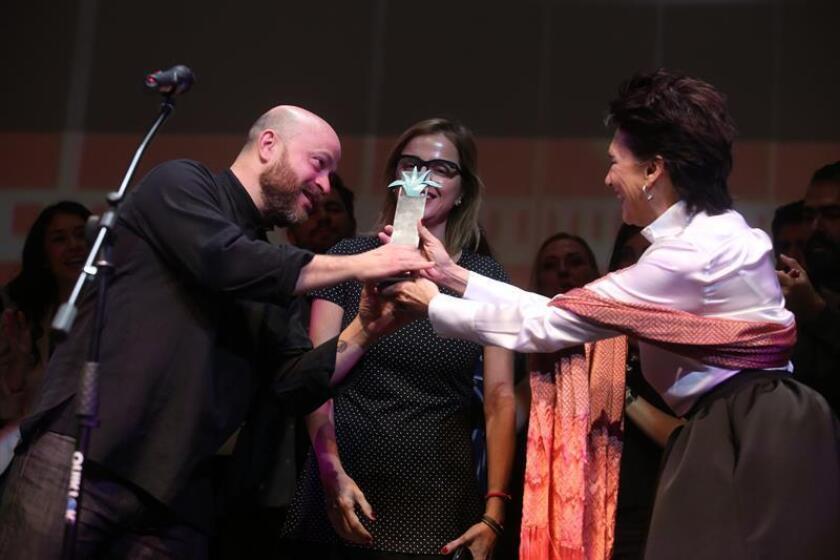 """Caption: El director de cine Everardo González recibe el premio """"Mezcal"""" a mejor película mexicana, """"La libertad del diablo"""", de manos de la actriz Ofelia Medina."""