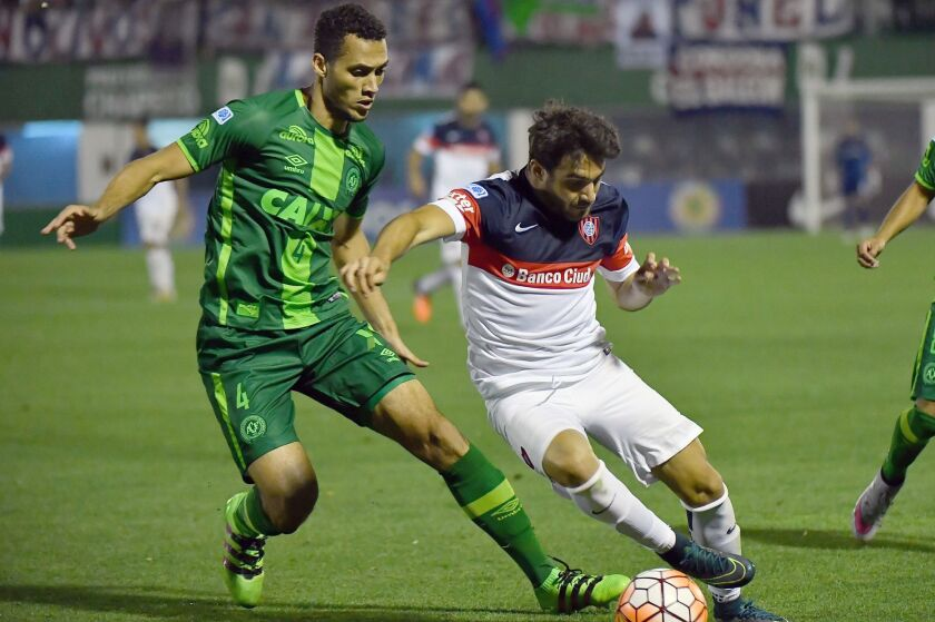 Neto (L) of Brazil's Chapecoense, vies for the ball with Ezequiel Cerutti (R) of Argentina's San Lorenzo, during their 2016 Copa Sudamericana semifinal second leg football match held at Arena Conda stadium, in Chapeco, Brazil, on November 23, 2016. / AFP PHOTO / NELSON ALMEIDANELSON ALMEIDA/AFP/Getty Images ** OUTS - ELSENT, FPG, CM - OUTS * NM, PH, VA if sourced by CT, LA or MoD **