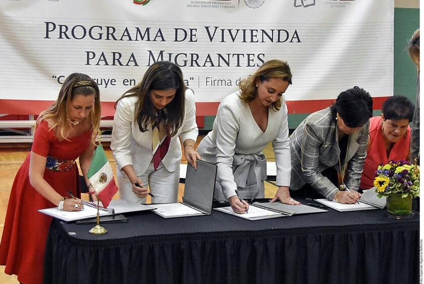Claudia Ruiz Massieu (centro) y Rosario Robles (segunda de der. a izq.), titulares de la SRE y Sedatu, respectivamente, anunciaron el lanzamiento de un programa de vivienda para migrantes, a difundirse en 14 ciudades de EU.