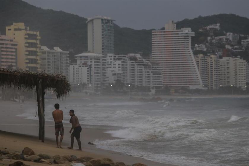 Vista general ayer, domingo 10 de junio de 2018, de la inestabilidad marítima que se abate sobre las playas debido al huracán Bud que se formó en el océano Pacífico frente a las costas de los estados mexicanos de Michoacán, Jalisco y Colima, informó hoy el Servicio Meteorológico Nacional (SMN), en Acapulco, estado de Guerrero (México).EFE