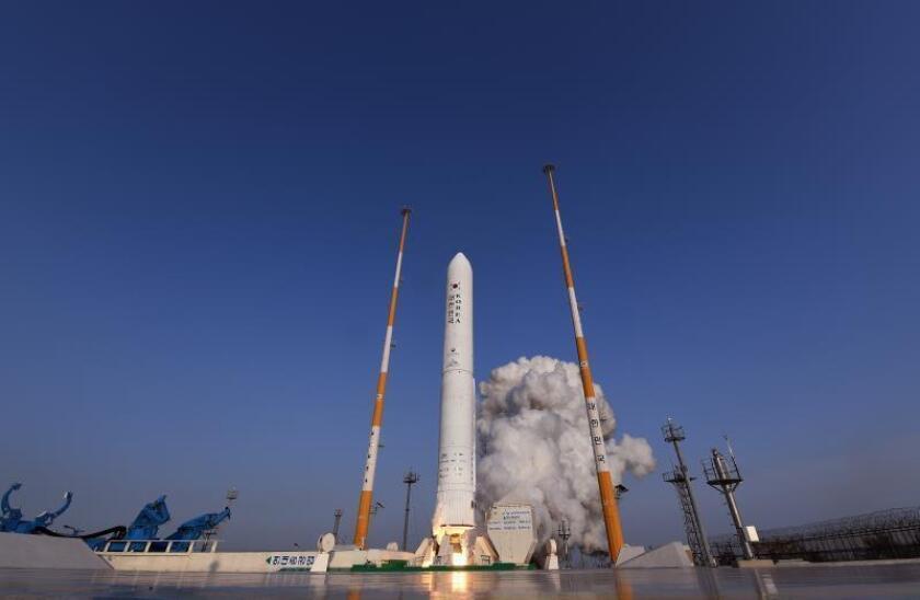 Lanzamiento del cohete Naro-2 en el Centro Espacial Naro en Goheung (Corea del Sur) hoy, 28 de noviembre de 2018. EFE