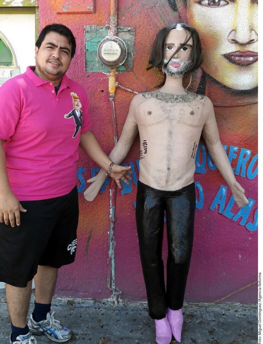 Un ingenioso comerciante de la ciudad de México comenzó a fabricar piñatas con la imagen de Alejandro Fernández durante una fiesta.