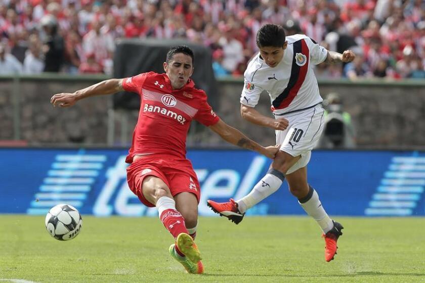 El chileno Osvaldo González (i), defensa del Toluca, dijo hoy que el Pachuca, al que visitarán el sábado en la cuarta jornada del Clausura mexicano, será un parámetro para saber en que nivel se encuentra su equipo. EFE/ARCHIVO