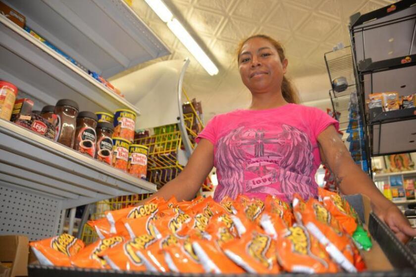La inmigrante indocumentada Margarita Domínguez posa con una caja de productos para la venta, el 27 de agosto de 2019, durante una entrevista con Efe en Chicago, Illinois (EE.UU.). EFE/Enrique García Fuentes