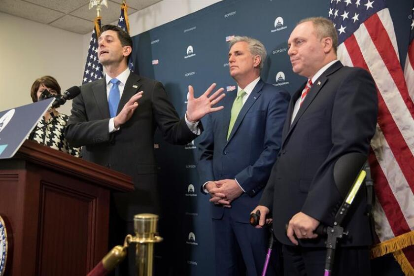 El Senado de EE.UU. debate en estos momentos la aprobación del texto final de la reforma impositiva promovida por el presidente, Donald Trump, que no será definitivo porque la Cámara Baja deberá votarlo de nuevo mañana. El presidente de la Cámara de Representantes de Estados Unidos, Paul Ryan (i), el líder de la mayoría republicana en la Cámara de Representantes de EEUU, Kevin McCarthy (2d) y el representante republicano de Louisiana Steve Scalise (d), ofrecen una rueda de prensa en el Capitolio en Washington D.C (Estados Unidos) hoy, 19 de diciembre de 2017, sobre la reforma fiscal republicana. EFE