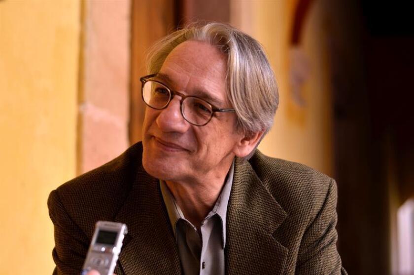 Fotografía sin fecha cedida hoy que muestra al escritor mexicano Alberto Ruy Sánchez durante una entrevista en Ciudad de México (México). EFE/Colección Ruy Sánchez/SOLO USO EDITORIAL
