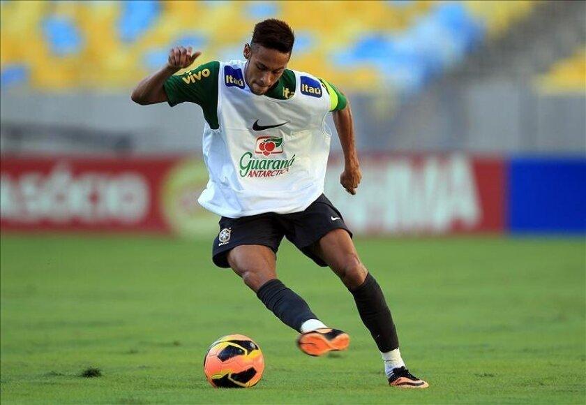 El jugador de la selección brasileña de fútbol Neymar fue registrado el pasado 1 de junio, durante un entrenamiento del equipo nacional de Brasil, en el estadio de Maracana de Río de Janeiro. EFE