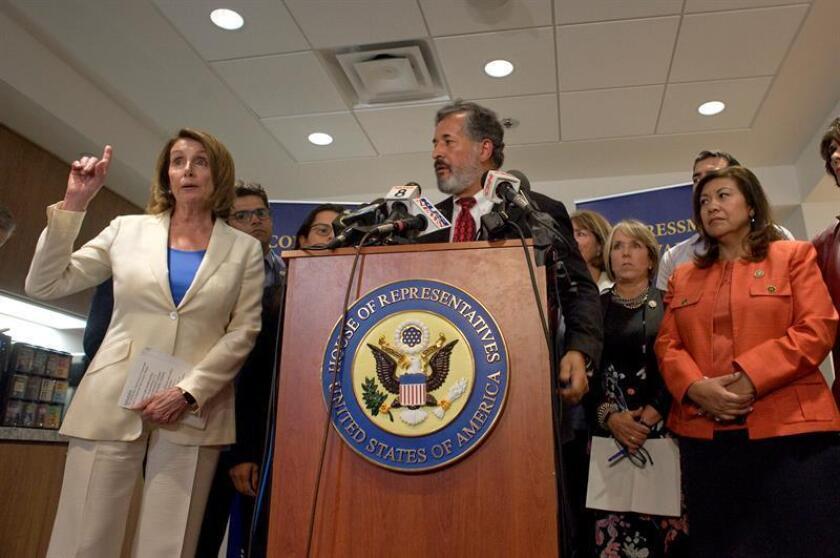 La congresista estadounidense Nancy Pelosi (i), líder de la Minoría Demócrata de la Cámara de Representantes, ofrece declaraciones durante una rueda de prensa hoy, lunes 18 de junio de 2018, en la terminal de la aerolínea Cross Border Xpress en San Diego, California (EE. UU.). EFE