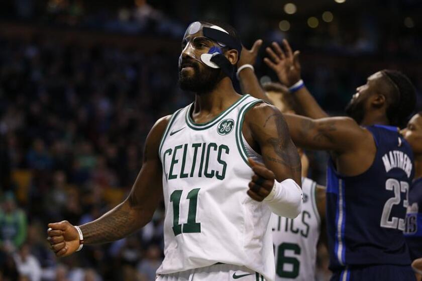 El jugador Kyrie Irving (i) de los Celtics de Boston celebra, durante un partido de NBA disputado entre Dallas Mavericks y Boston Celtics en el TD Garden de la ciudad de Boston (EE.UU.). EFE