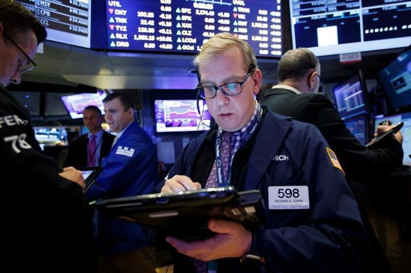 Wall Street ampliaba las ganancias y hacia la media sesión el Dow Jones de Industriales, su principal indicador, subía un 0,74 % y seguía por encima de los 20.000 puntos, una barrera que superó hoy por primera vez en su historia. EFE/ARCHIVO
