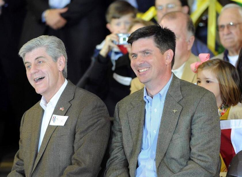 El gobernador de Mississippi Phil Bryant (izquierda) firmó hoy una ley contra el aborto. EFE/Archivo