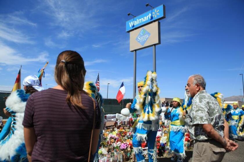 Varias personas asisten a un encuentro en honor a las víctimas de un ataque armado en almacén de Wall Mart, este sábado, en El Paso, estado de Texas (EEUU). EFE/Luis Torres