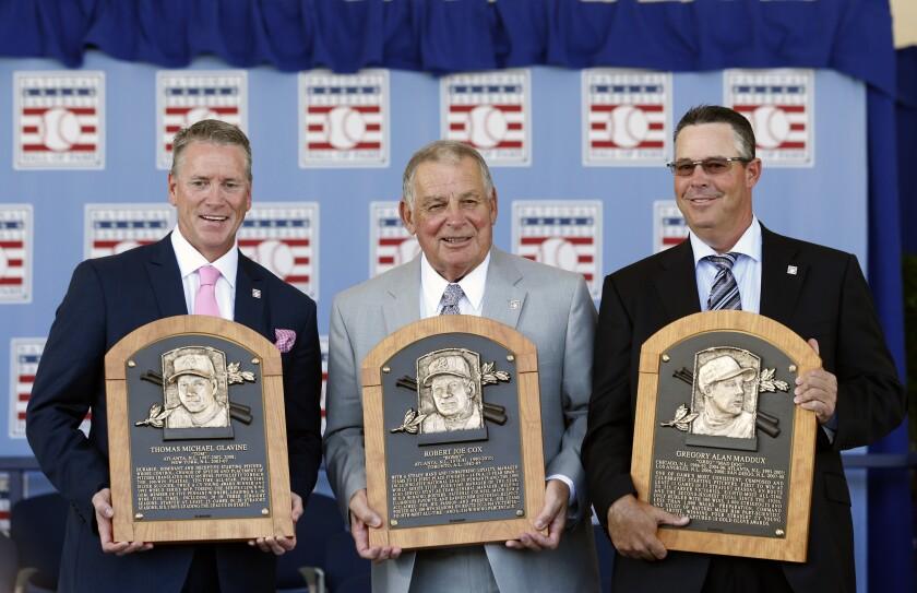 Tom Glavine, Bobby Cox y Greg Maddux, tras la ceremonia de exaltación al Salon de la Fama del Beisbol.
