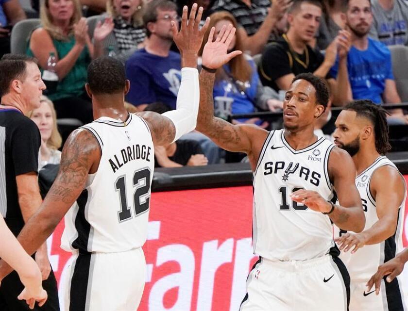 DeMar DeRozan (d) y LaMarcus Aldridge de los Spurs se dan la mano hoy, lunes 29 de octubre de 2018, durante un partido de NBA entre San Antonio Spurs y Dallas Mavericks, en San Antonio, Texas (EE.UU.). EFE