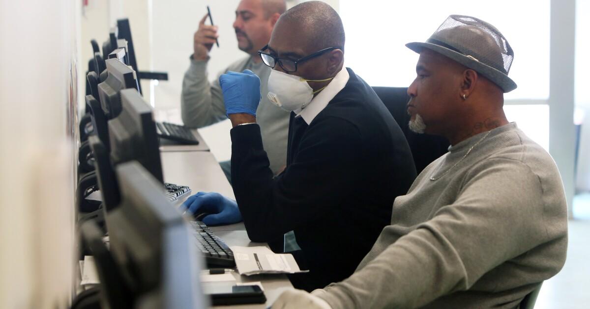 Άνεργοι Καλιφορνέζοι για να πάρει ένα επιπλέον $600 σε εβδομαδιαία οφέλη που αρχίζει την κυριακή ανάμεσα coronavirus κρίση