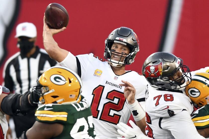 El quarterback de los Buccaneers de Tampa Bay, Tom Brady (12