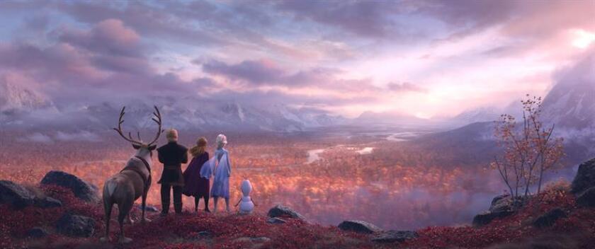 """Fotografía cedida por Disney donde aparecen los personajes el reno Sven, Kristoff, Anna, Elsa y Olaf, durante una escena de """"Frozen 2"""". Disney lanzó este miércoles un primer avance de """"Frozen 2"""", una de las películas más esperadas del año, especialmente por los más pequeños, que llegará a las salas estadounidenses el 22 de noviembre, justo antes de Acción de Gracias. EFE/Disney/SOLO USO EDITORIAL"""