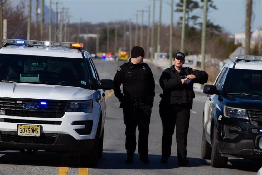 Miembros de la policía acordona una oficina de la empresa UPS en Nueva Jersey (Estados Unidos), hoy, 14 de enero de 2019. EFE