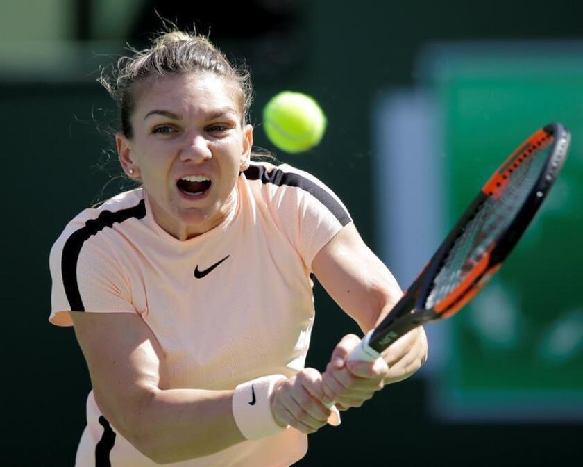 Simona Halep de Rumanía devuelve una bola a Petra Martic de Croacia hoy, miércoles 14 de marzo de 2018, durante un juego del Torneo de Tenis de Indian Wells, Ca (EE.UU.). EFE