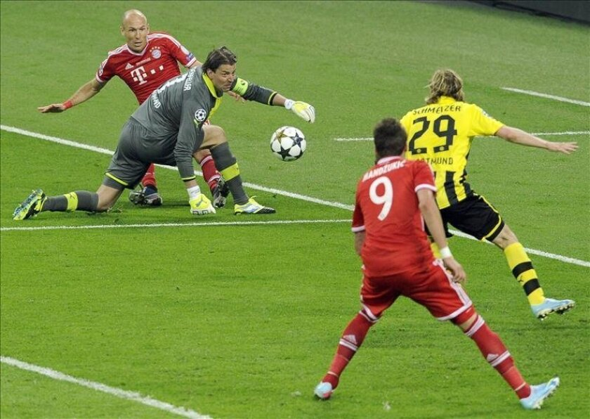 El jugador del Múnich Arjen Robben (2d) cruza ante el portero Weidenfeller (c) para que Mario Mandzukic (l) marque el 0-1 en Wembley en Londres, Reino Unido. EFE