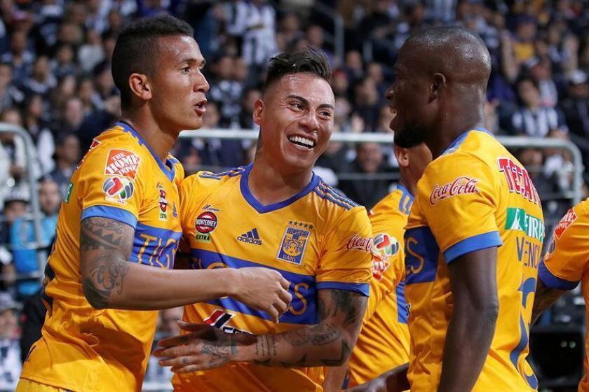 Los jugadores de Tigres, Francisco Meza (i), Eduardo Vargas (c) y Enner Valencia (d), celebran un gol durante un partido en el Estadio BBVA de la ciudad de Monterrey (México). EFE/ARCHIVO