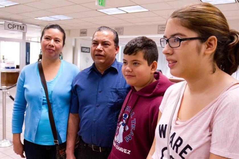 El 85 % de los padres hispanos hablan en español a sus hijos, aunque la proporción disminuye a medida que se alejan de la primera generación de inmigrantes, según un estudio.