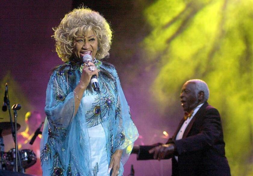 """El 16 de julio de 2003 los seguidores de Celia Cruz lloraron en todo el mundo, porque ella, con su extrovertida personalidad, su carisma y su poderosa voz, sobrepasó fronteras más allá del mundo hispanohablante: se había convertido en la """"reina de la salsa"""" y la reina había muerto. EFE/ARCHIVO"""