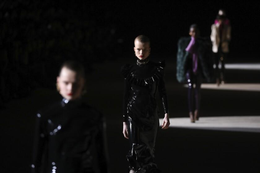 Modelos lucen creaciones de la colección otoño/invierno 2020/21 Saint Laurent