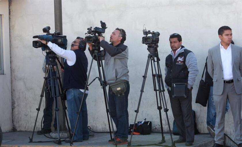 """La Comisión Nacional de los Derechos Humanos (CNDH) de México solicitó a todos los estados del país medidas cautelares para proteger a los periodistas que cubran las elecciones del domingo, al considerar que hay """"riesgo"""" para los comunicadores. EFE/Archivo"""