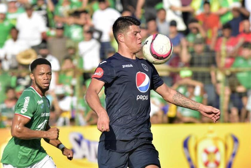 El jugador paraguayo del Motagua Marcelo Estigarribia (d) disputa el balón con el jugador Jairo Rochez del Marathon (i), durante un partido por el Campeonato de Clausura de la Liga Nacional de Honduras, disputado este sábado en el Estadio Yankel Rosenthal de San Pedro Sula (Honduras). EFE