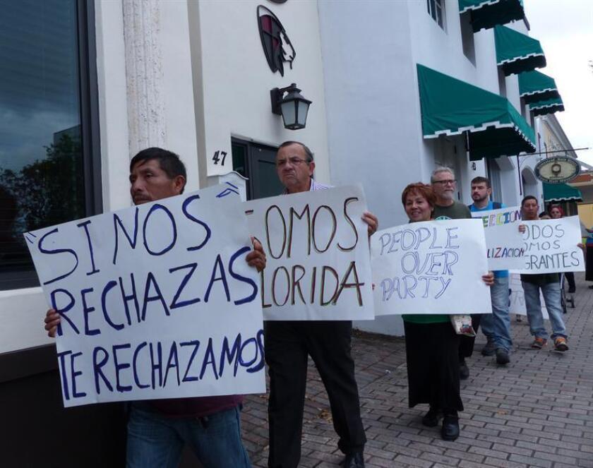 """Un proyecto de ley para prohibir las políticas """"santuario"""" en Florida avanzó hoy en la Legislatura estatal en medio de manifestaciones de activistas que viajaron de varias ciudades para protestar frente al Capitolio estatal, en Tallahassee. EFE/ARCHIVO"""