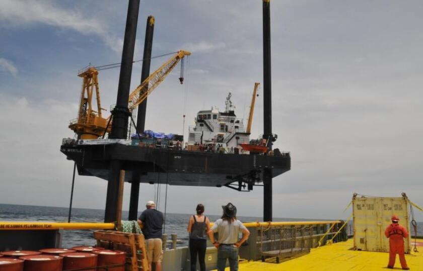 Fotografía cedida este lunes por la Universidad de Texas en Austin (EEUU), que muestra a científicos aproximándose a la plataforma Myrtle, desde la cual se llevó a cabo el muestreo de rocas del cráter de Chicxulub, en el estado de Yucatán (México). EFE/International Ocean Discovery Program/SOLO USO EDITORIAL