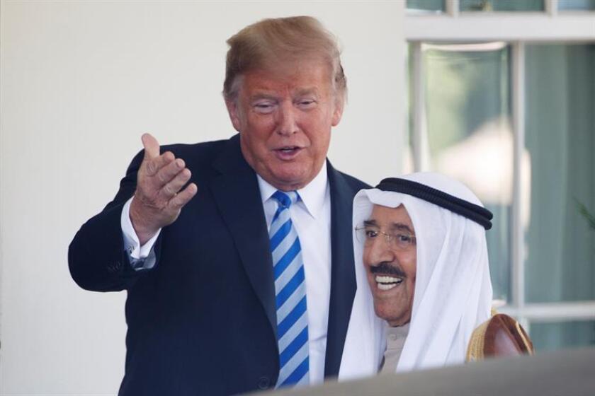 El presidente estadounidense, Donald J. Trump, recibe al emir de Kuwait, jeque Sabah al Ahmed al Sabah, a su llegada a la reunión mantenida en la Casa Blanca, Washington, EEUU, el 5 de septiembre del 2018. EFE