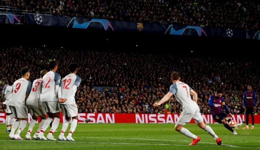 El delantero argentino del FC Barcelona, Leo Messi (d), golpea el balón ante la barrera del Liverpool consiguiendo el tercer gol del equipo blaugrana durante el encuentro correspondiente a la ida de las semifinales de la Liga de Campeones en el estadio del Camp Nou, en Barcelona. EFE/Enric Fontcuberta/Archivo