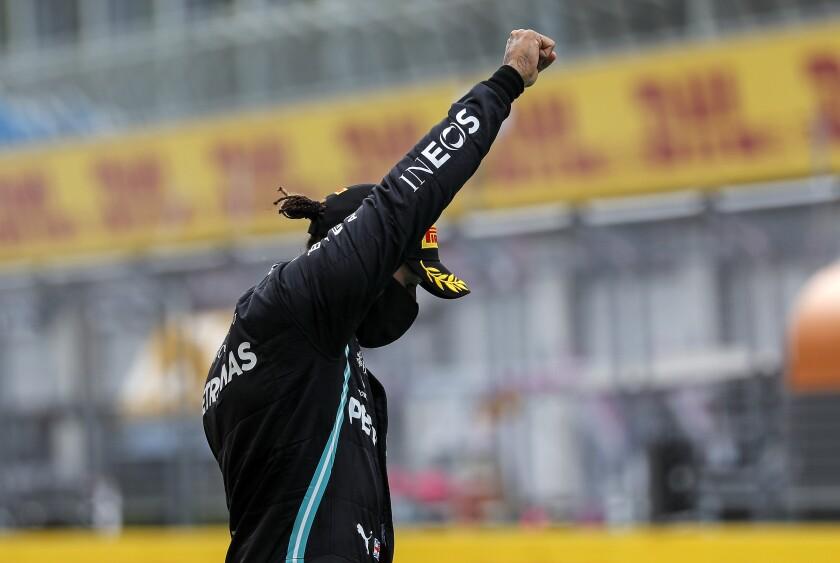 El piloto británico Lewis Hamilton, de la escudería Mercedes, alza el puño en el podio después de ganar el Gran Premio de Estiria de la Fórmula Uno, en el circuito Red Bull de Spielberg, Austria, el domingo 12 de julio de 2020. (Leonhard Foeger/Pool vía AP)