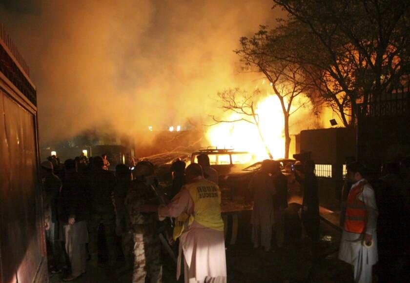 Imágenes tras la explosión de una bomba en el área de estacionamiento de un hotel de lujo en la ciudad de Quetta, en el suroeste de Pakistán, que dejó varios muertos, el 21 de abril de 2021. (AP Foto/Arshad Butt)