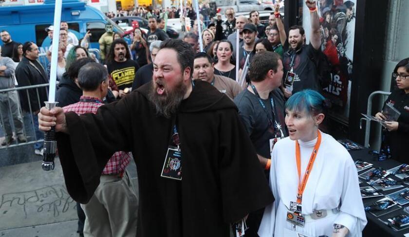 """Aficionados a la saga """"Star Wars"""" asisten al estreno de """"Star Wars: The Last Jedi"""" en el Teatro Chino TCL de Hollywood (EE.UU.). EFE/Archivo"""