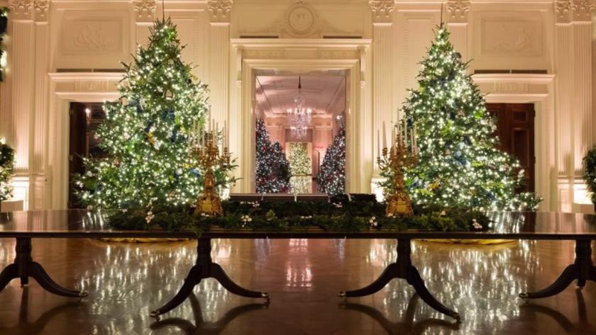 En la imagen aparece el tren White House Express decorando la mesa central del Salón Este