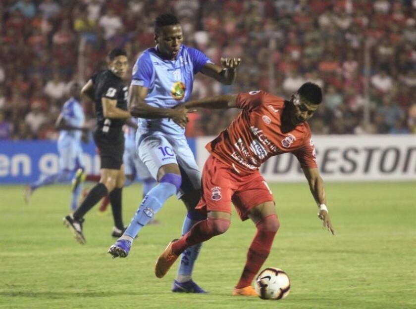 Juan Carlos Montenegro (d) de Guabirá de Bolivia, disputa el balón con Michael Estrada (i) de Macará de Ecuador, el 28 de febrero de 2019 durante el encuentro por la Copa Sudamericana en Santa Cruz (Bolivia). EFE
