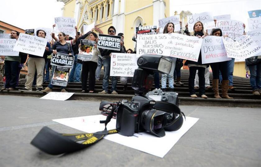 Representantes de medios de comunicación protestan en la ciudad de Xalapa, capital del estado mexicano de Veracruz, para exigir respuestas por el asesinato del periodista Moisés Sánchez Cerezo. EFE/Archivo