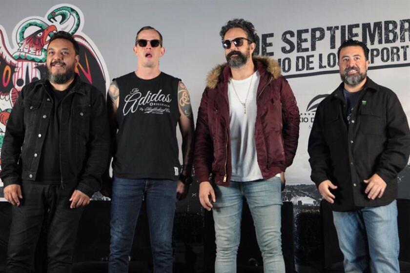 Los músicos Paco Ayala (i), Randy Ebrigjt (2i), Ismael Fuentes (2d) y Mickey Huidobro (d), integrantes de la banda Molotov. EFE/Archivo