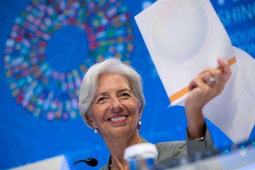 La directora gerente del Fondo Monetario Internacional (FMI), Christine Lagarde, contesta a los periodistas durante una rueda de prensa. EFE/Archivo