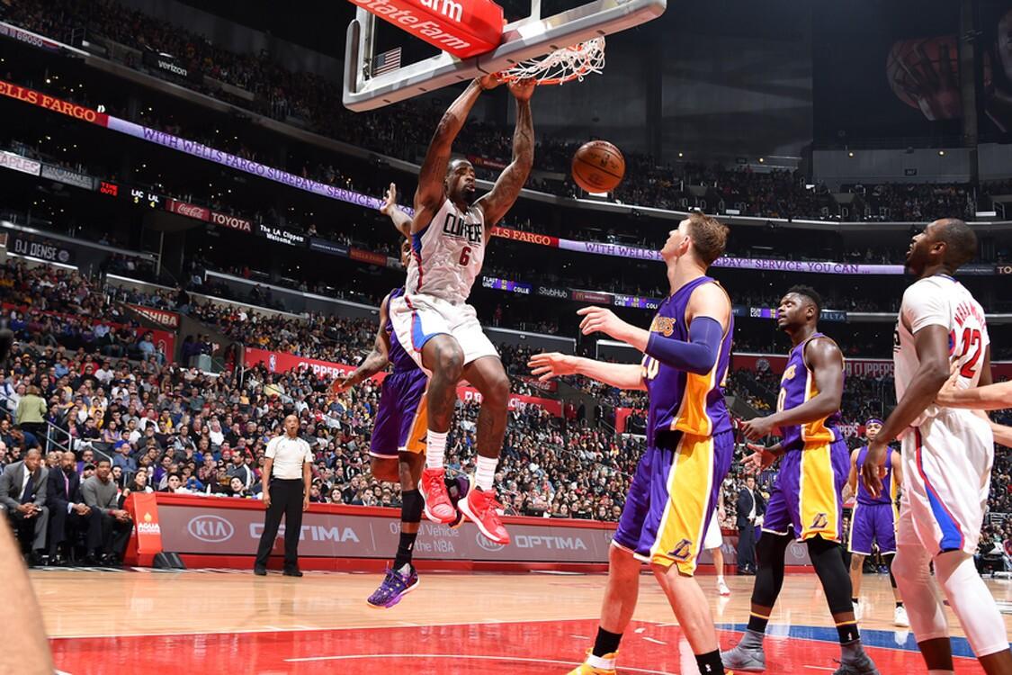 DeAndre Jordan (i) presumió su puntería, al atinar 12 de 13 disparos, con lo que aportó 24 puntos a la victoria conseguida por los Clippers de Los Ángeles, 113-97 sobre los Lakers de la misma ciudad.