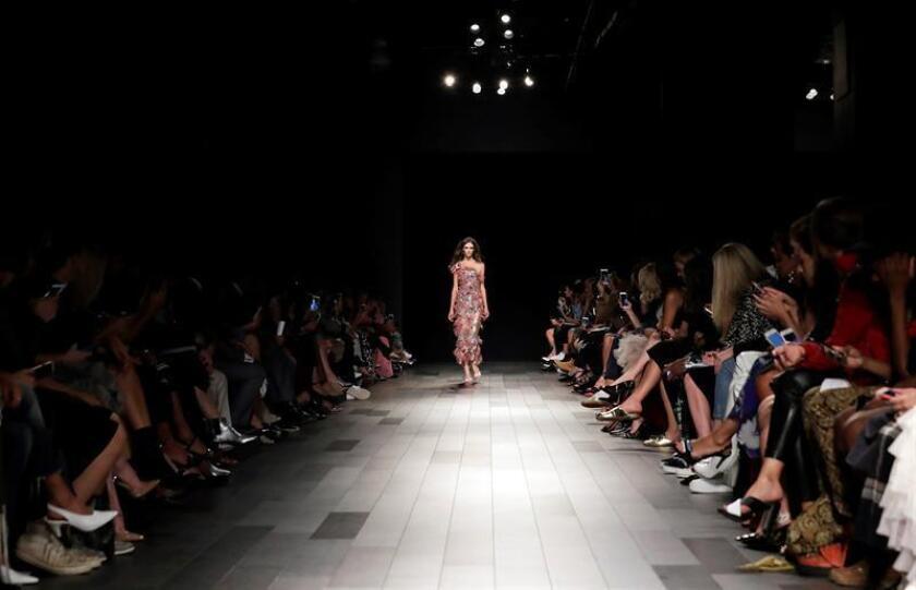La Semana de la Moda de Nueva York (NYFW), considerada una de las pasarelas más influyentes a nivel global, comienza este lunes una nueva edición marcada por la ausencia de diseñadores que antes eran habituales y ahora optan por seguir sus propias pautas o cambiar de destino. EFE/Archivo