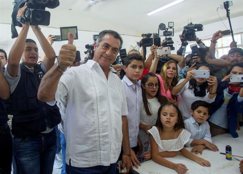 """El candidato independiente Jaime Rodríguez Calderón, conocido como """"El Bronco"""", acude a votar acompañado por su familia en en el municipio de Garza García hoy, domingo 1 de julio de 2018, en Monterrey (México). """"El Bronco"""" dijo hoy que hizo lo que pudo durante su campaña para destacar en la elección presidencial que se celebra hoy en México. """"Estoy tranquilo, si la gente no me da su confianza no tengo porqué sufrir angustia, hice todo lo que pude, hice una campaña diferente"""", dijo Rodríguez a los medios. EFE"""