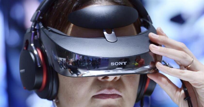 """Un grupo de científicos de la Universidad de Tel-Aviv (Israel) han descubierto una terapia con gafas de realidad virtual en 3D para ayudar a personas con movilidad reducida en las manos, según un estudio que publica hoy la revista """"Cell Press"""". EFE/ARCHIVO"""