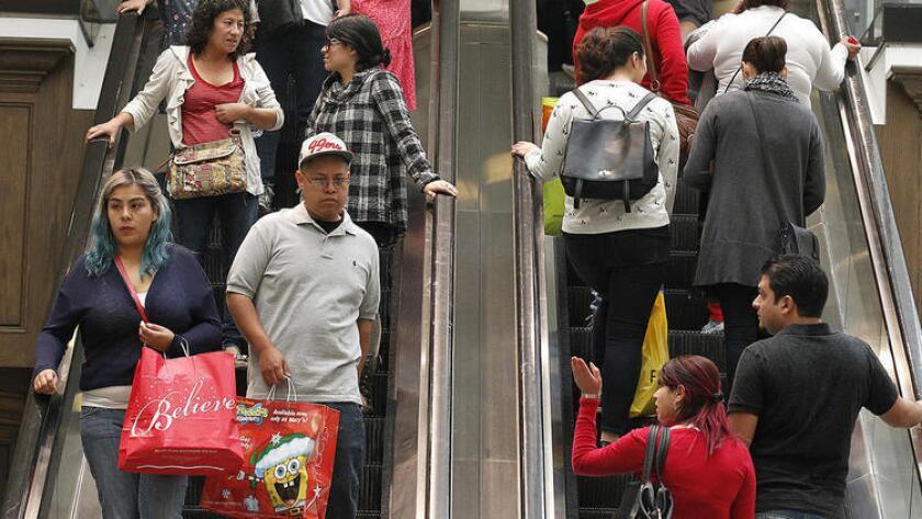 Las ofertas de tarjetas de crédito abundan en el fin de año para financiar las compras, por lo que se advierte a los consumidores a leer detenidamente las condiciones escritas en letras pequeñas.