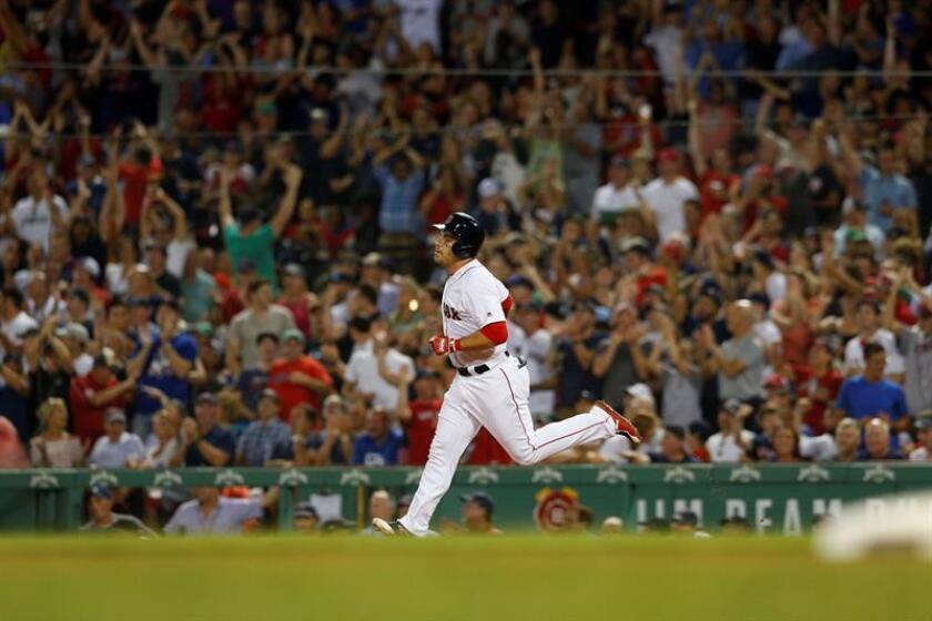 Pearce de los Medias Rojas de Boston corre las bases el pasado 2 de agosto, durante un partido de béisbol de la MLB entre los Medias Rojas de Boston y los yanquis de Nueva York, en el Fenway Park de Boston (EE.UU.). EFE