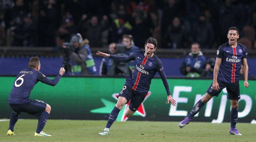 Edinson Cavani (c) de París Saint Germain celebra el 2-1 con sus compañeros Marquinhos (d) y Marco Verratti (i) hoy, martes 16 de febrero de 2016, durante el partido de la Liga de Campeones de la UEFA entre París Saint Germain y Chelsea FC en el estadio Parc des Princes en París (Francia).