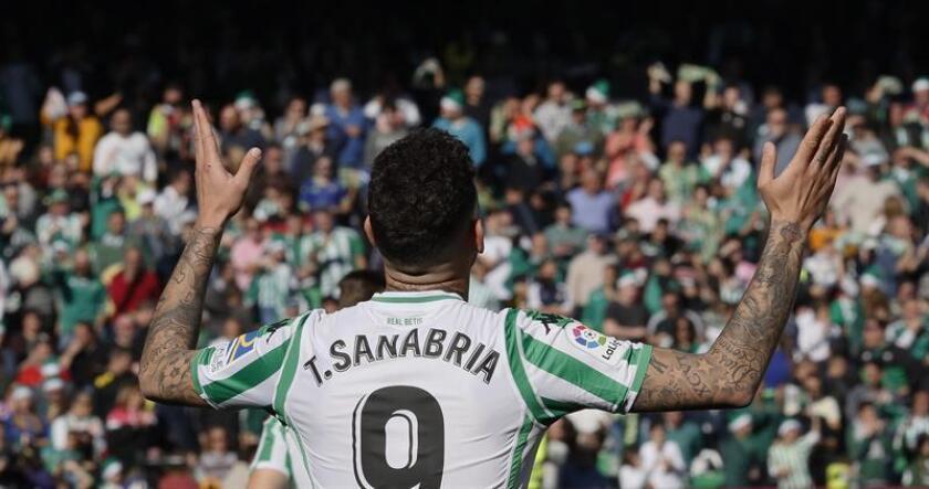El delantero paraguayo del Real Betis Arnaldo Sanabria, festeja su gol contra la SD Eibar, durante el partido correspondiente a la 17? jornada de La Liga Santander, que ambos equipos disputaron en el estadio Benito Villamarín de Sevilla. EFE